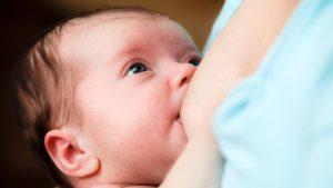 Почему когда ребенок сосет грудь плачет