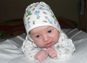 Ребенок держит голову в месяц