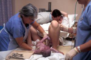 Почему во время родов нельзя давить на живот