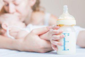 Можно ли кормить ребенка сцеженным молоком из бутылочки