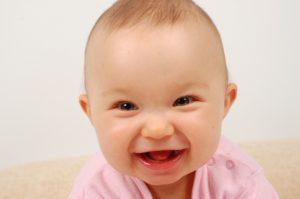 Когда ребенок начинает осознанно улыбаться