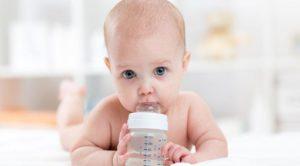 Когда и как допаивать грудничка водой
