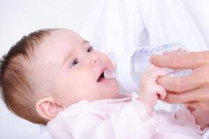 Как правильно поить водой новорожденного
