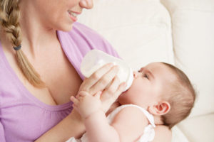 Ребенок выплевывает грудное молоко