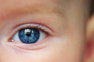 Почему у новорожденных синие глаза