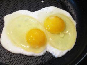 Яичницу кормящей маме можно