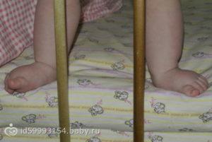 Во сколько встают дети на ножки