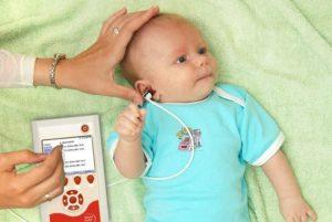 Как определить у новорожденного слух