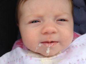 Ребенок срыгивает фонтаном после кормления