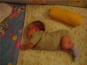 Ребенок выгибается дугой когда спит