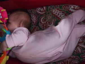 Почему месячный ребенок выгибает спину