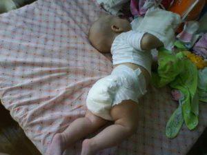 Ребенок выгибает спину и плачет