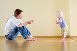 Как научить ребенка самостоятельно стоять
