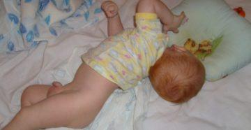 Выгибается новорожденный и запрокидывает голову