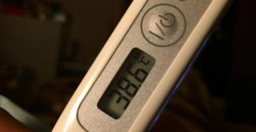 Электронный градусник с температурой 38
